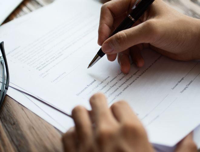 pessoa assinando contrato de pensão alimentícia